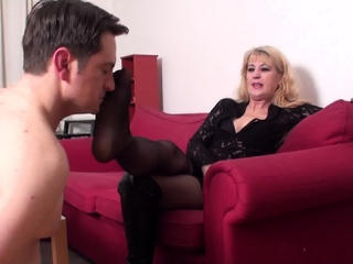 mature queen Andrea want him smell her sweaty feet