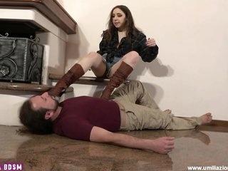 Feet On Face Modella Punisce Fotografo Pervertito Foot Domination Calzini E Piedi Sudati Lecca Piedi